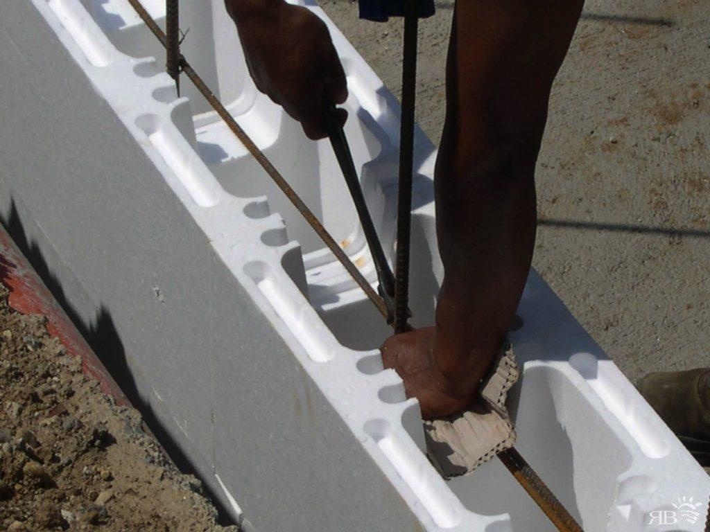 Posa della prima fascia di casseri e opere di carpenteria all'interno