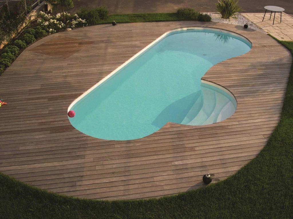 L'interno piscina viene rivestito e l'opera viene completata con una bella pavimentazione esterna