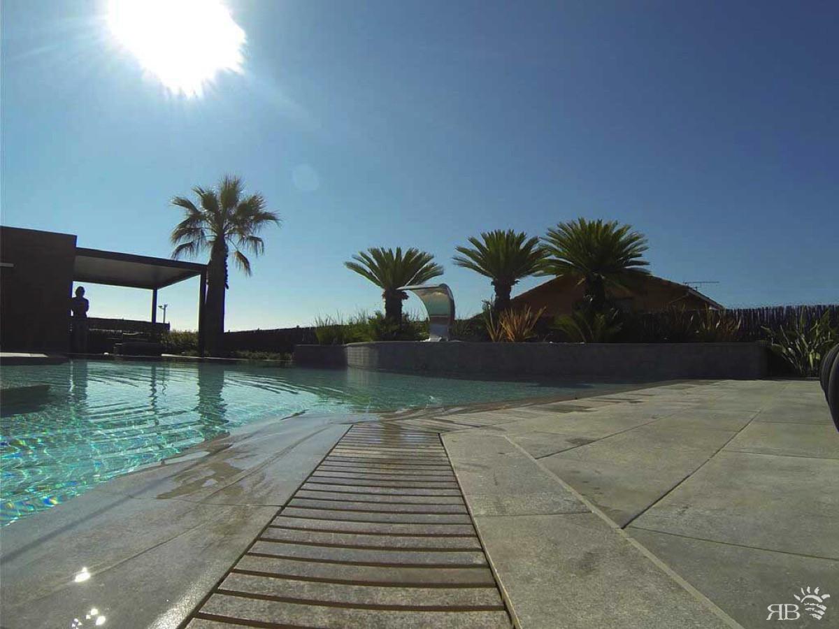 Piscina bordo sfioro con griglia in pietra rb piscine - Piscine in pietra ...