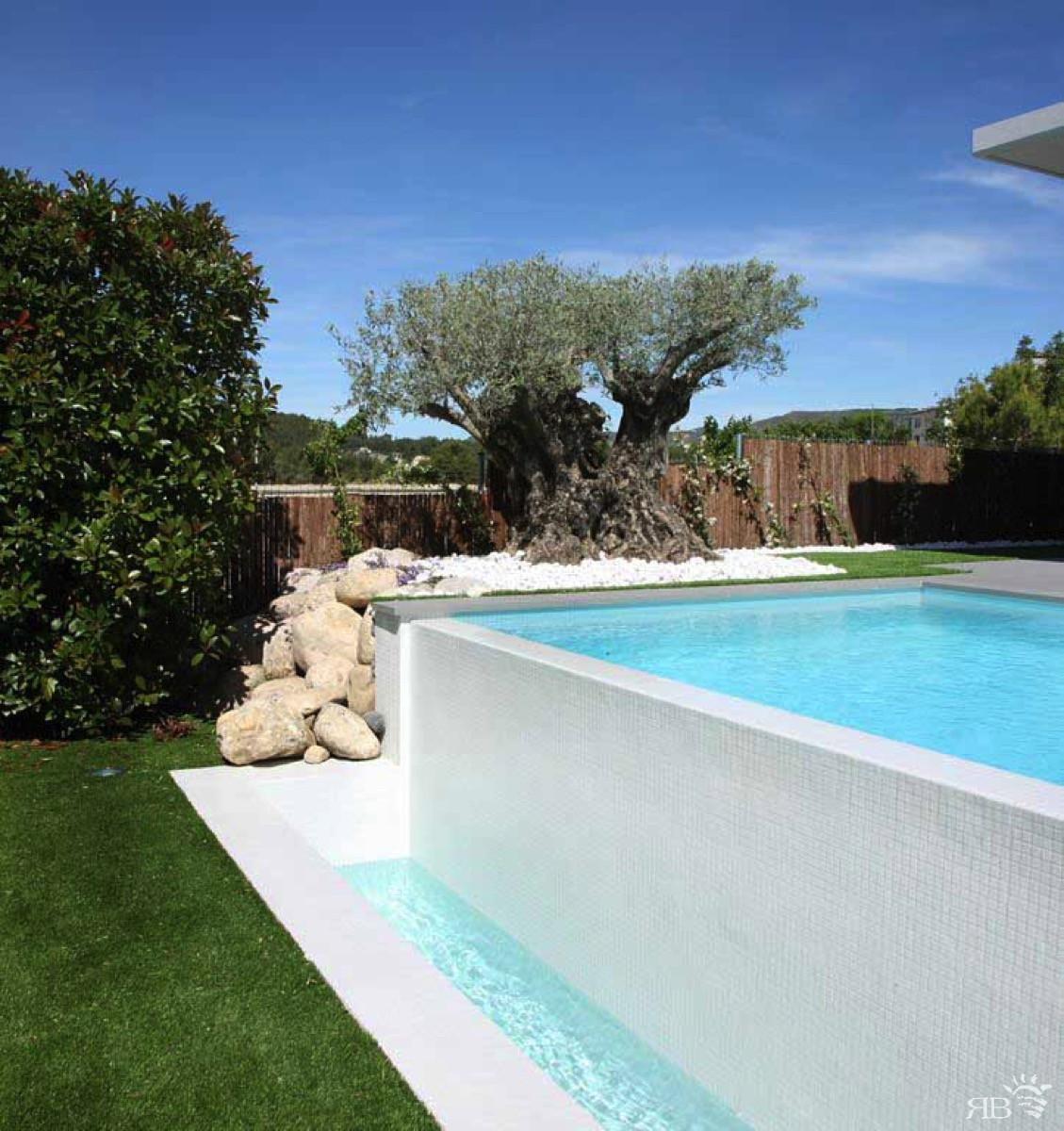 Piscina con lato sfioro cascata rb piscine - B b noto con piscina ...